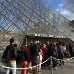 パリのルーブル美術館で「モナリザ」を見る